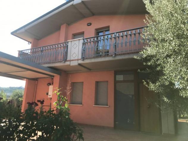 Villa di 250 m² con 4 locali e box auto in affitto a