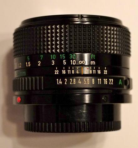 Fotocamera analogica a pellicola canon t90 con obbiettivo