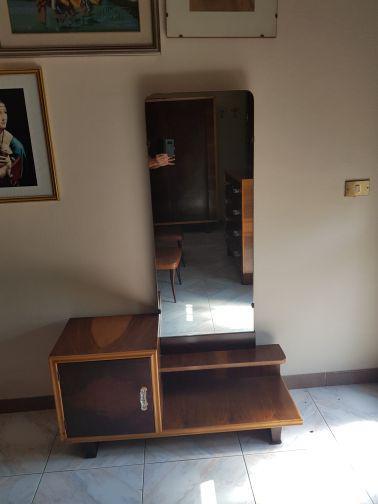 Specchiera con mobiletto di legno noce anni 50