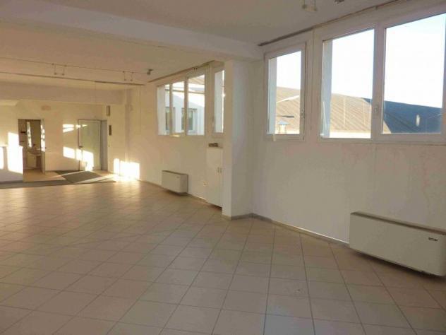 Immobile di 300 m² con 1 locale in affitto a padova
