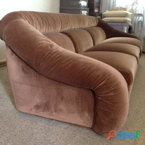 divano 3 posti letto singolo in velluto marrone .una poltrona