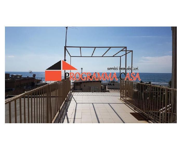 Torvajanica centro 3 locali sul mare p.terra 113000 €