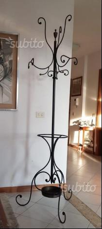 Attaccapanni in ferro battuto vintage con porta ombrelli