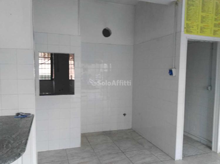 Fondo/negozio - 1 vetrina/luce a Centocelle-Alessandrino,