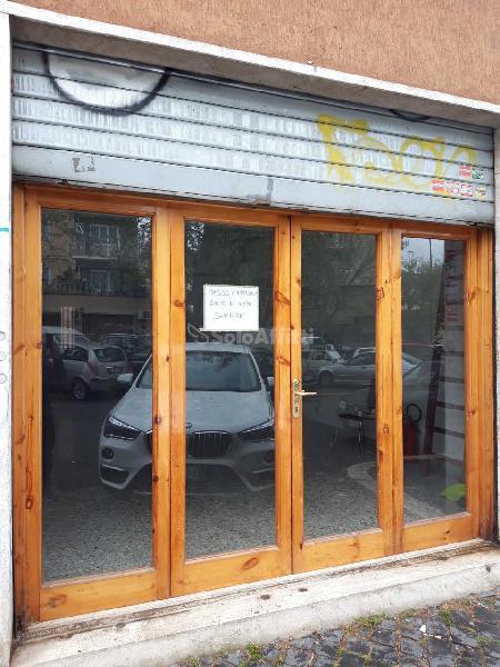 Fondo/negozio - 3 vetrine/luci a Centocelle-Alessandrino,