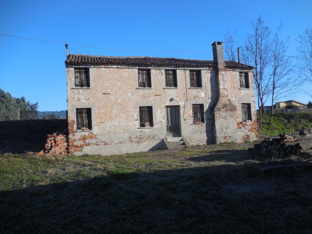 Casa rurale da ristrutturare, fienile e ampio terreno