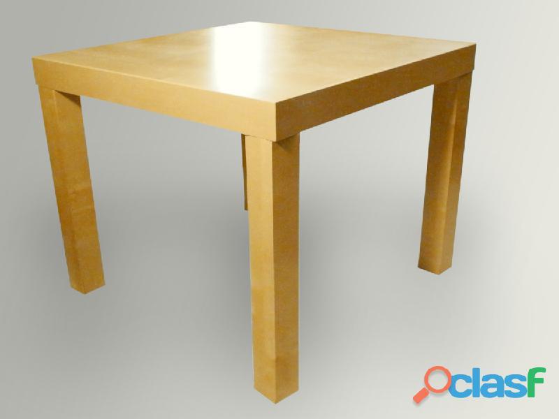 Tavolino basso di legno chiaro