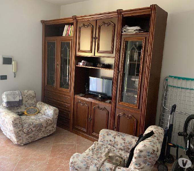 Cedesi mobile sala in noce con due poltrone