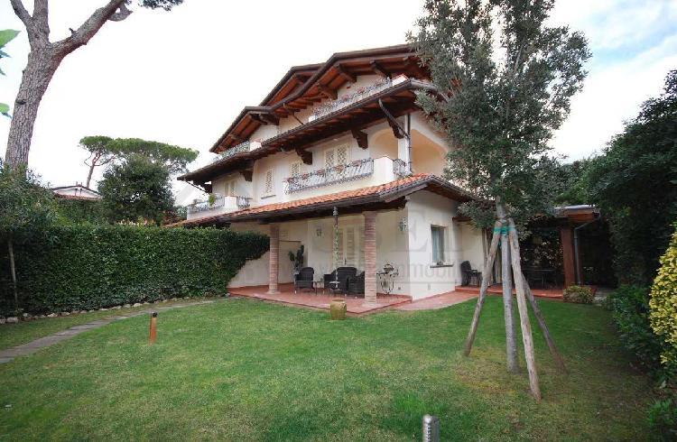 Villa - Bifamiliare a Marina Di Pietrasanta, Pietrasanta