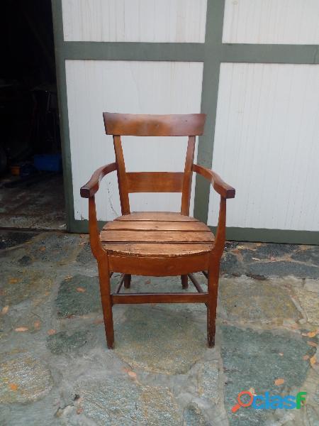 Antica sedia con braccioli
