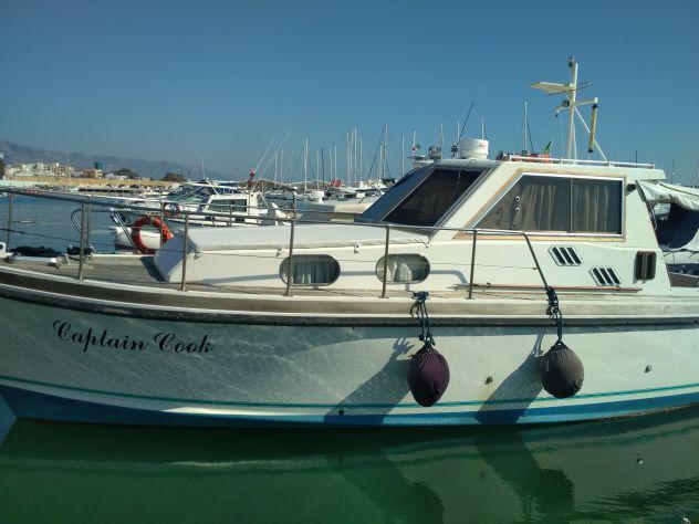 Barca a motore in legno e vetroresina per amatori