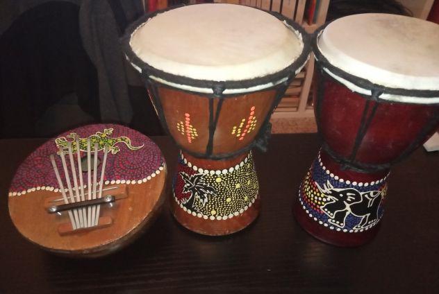 2 bonghi con strumento musicale