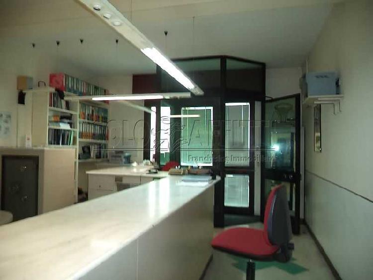 Fondo/negozio - 1 vetrina/luce a Pescaiola, Arezzo