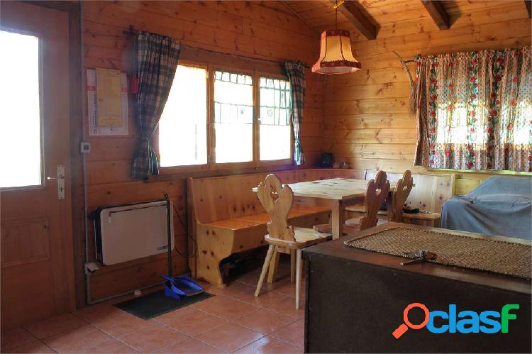Casa in legno stile chalet con cortile