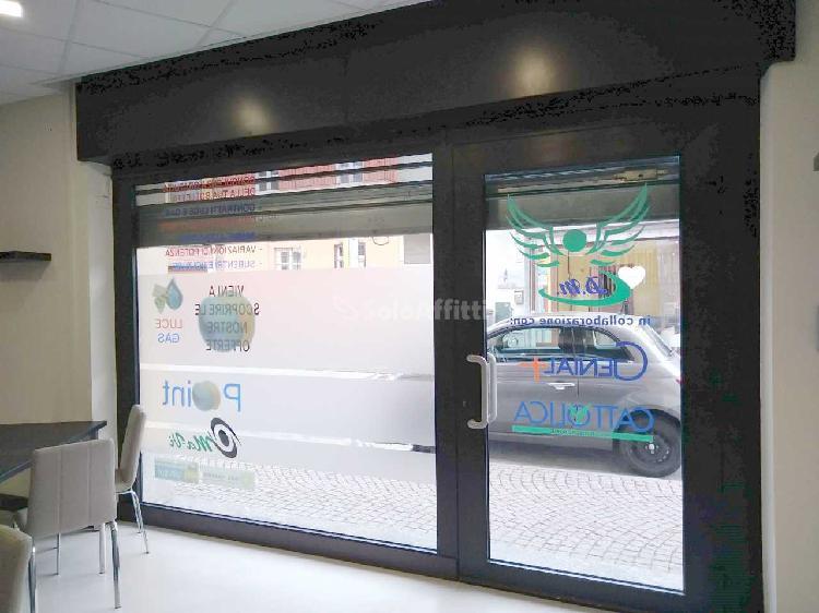 Fondo/negozio - 1 vetrina/luce a Centro, San Maurizio