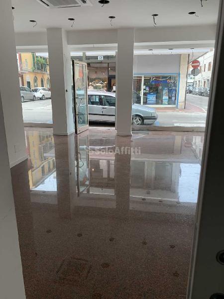 Fondo/negozio - 3 vetrine/luci a San Benedetto del Tronto
