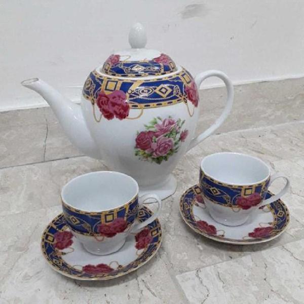 Teiera in ceramica con due tazzine fiori rosa