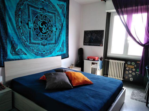 Camera singola in appartamento con salone doppio e due bagni