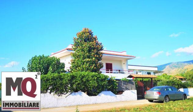 Villa con giardino a pochi metri dal mare - baia felice -