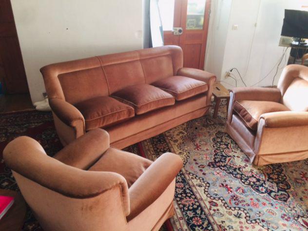Bel divano a tre posti piu' due poltrone in ottimo stato