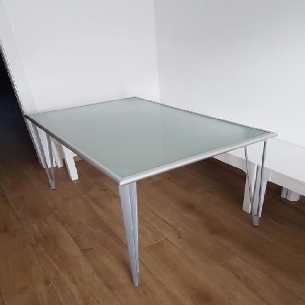 Tavolo con piano in vetro opaco