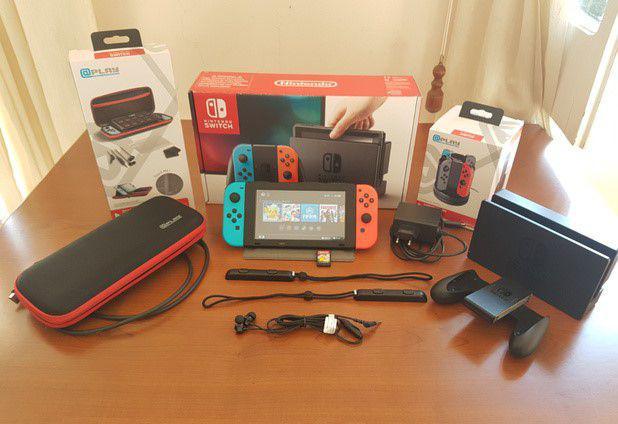 Nintendo switch con giochi e custodie
