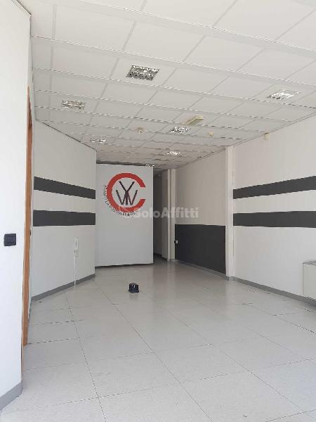Fondo/negozio - 1 vetrina/luce a Via Verrotti, Montesilvano