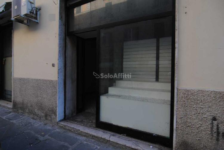 Fondo/negozio - 1 vetrina/luce a Centro, Livorno