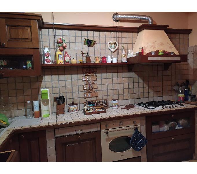 Cucina angolare in legno massello con elettrodomestici