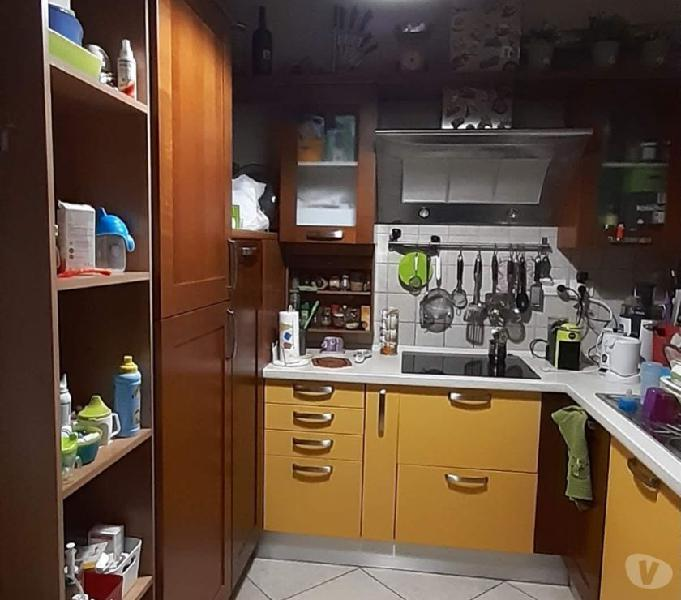 Cucina lube e tavolo e sedie