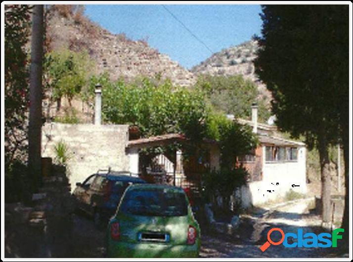 Casa rurale con terreno ad avola