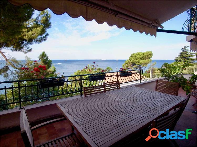 Splendida villa con vista mare e accesso spiaggia