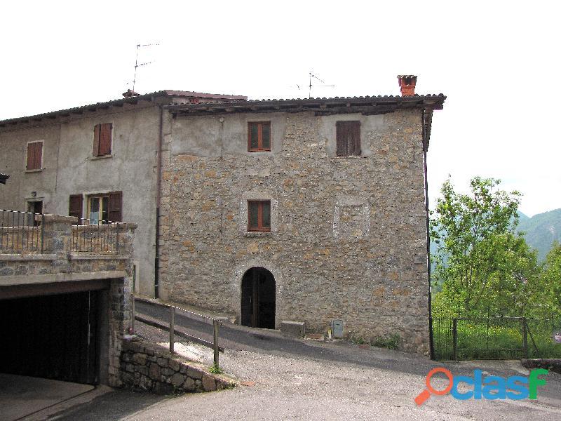 Casa in pietra a vista su tre piani, più terreno