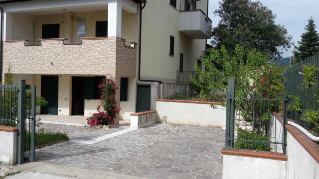 Appartamento su due livelli con giardino esclusivo