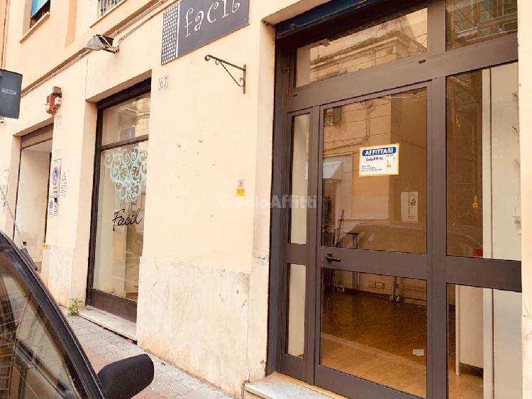 Fondo/negozio - 1 vetrina/luce a Civitavecchia