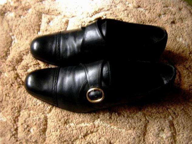 Scarpe pelle nera con fibbia metallo dorato - come nuove