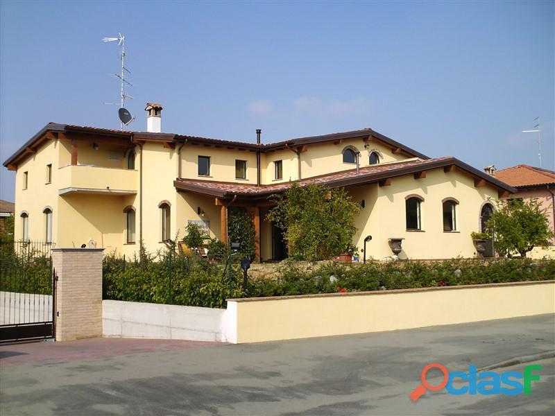 Villa Indipendente con giardino a Felino