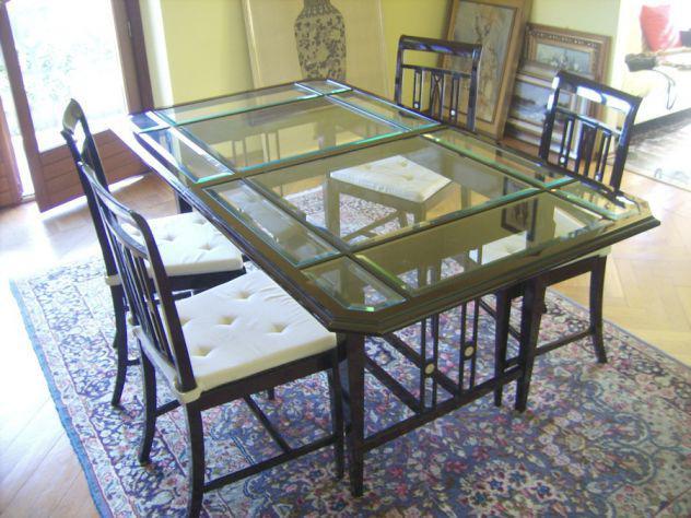 Tavolo con sedie e credenza