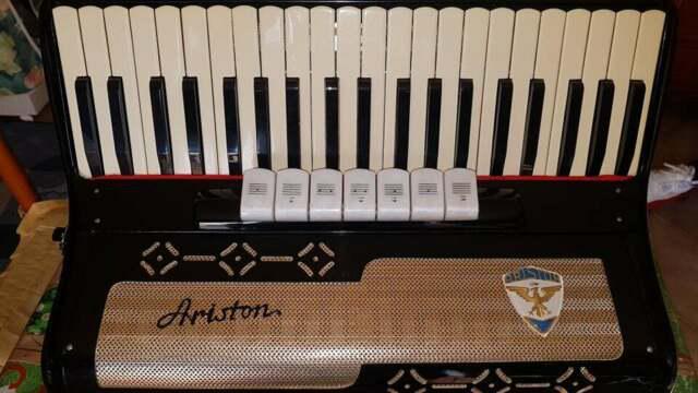 Vendo fisarmonica ariston 120 bassi 7 voci