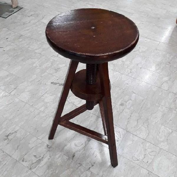 Sgabello in legno scuro regolabile