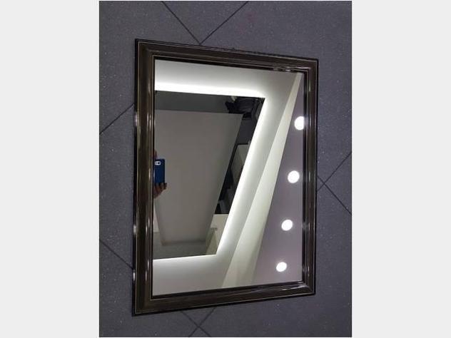 Specchio con cornice in legno con sfumature