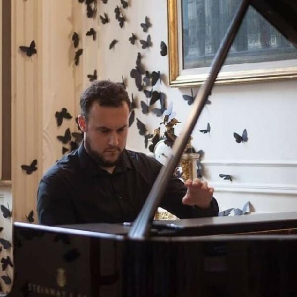 Lezioni di pianoforte su pianoforte a coda e via skype