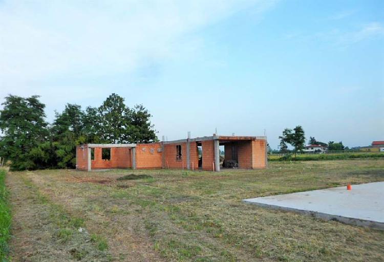 Bojon: Casa al grezzo con terreno di 2.250 mq.