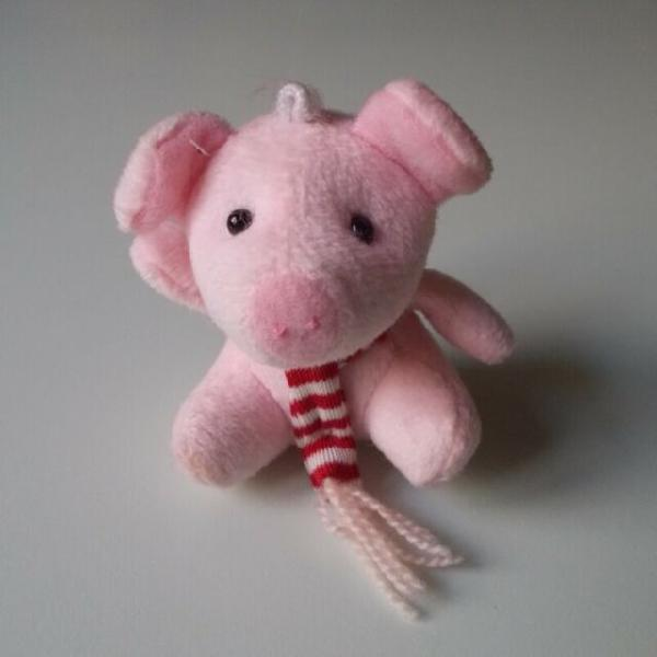 Peluche di maialino rosa con sciarpa bianca e rossa