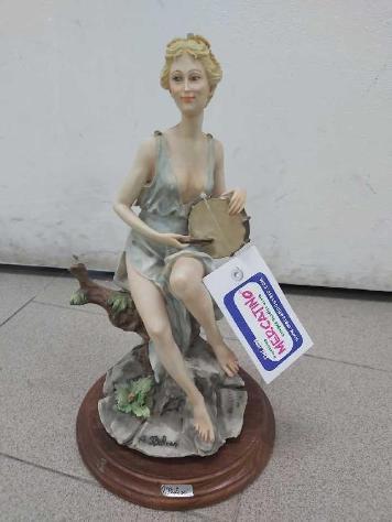 Statuina capodimonte belcari dea con tamburo