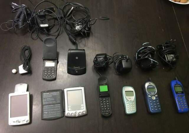 5 telefoni 1 smartphone 1 navigatore vintage