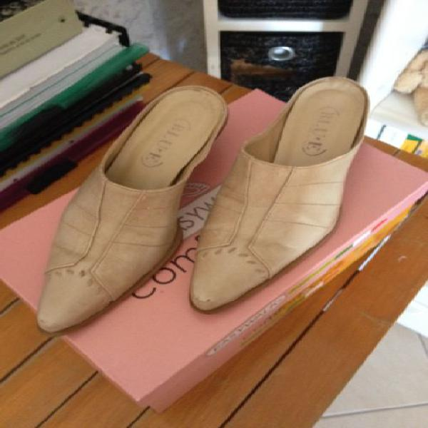 Scarpe con tacco basso a punta beige