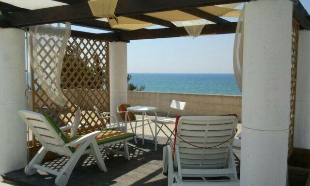 Villa bifamiliare fronte mare con garage giardino terrazza