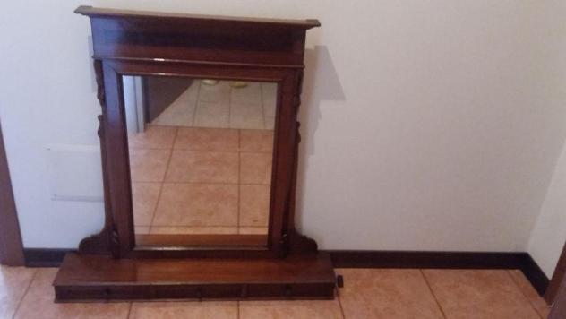 Specchiera antica di legno con i cassetti