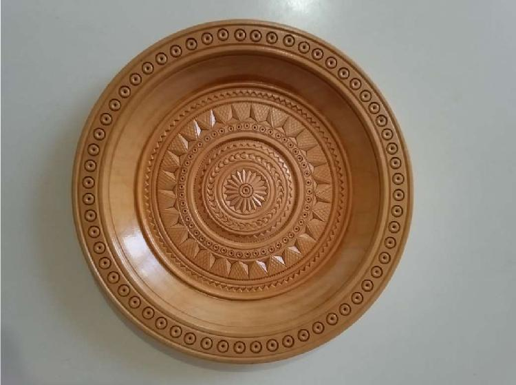 Un piatto in legno intagliato a mano diametro cm 21,5